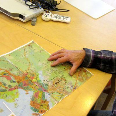 Bo Norrgård med kartan över efterspaningarna efter Pentti Lampinen