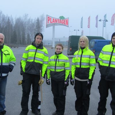 Björn Gustafsson, Miia Sand, Henna Mutala och Sami Kuusela städar upp Vasa stad