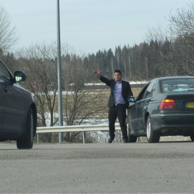 vägskurk försöker stoppa bilister