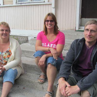Margareta Gustafsson, Annette Sjöblom och Rolf Haapa från styrelsen för Karis östra ungdomsförening.