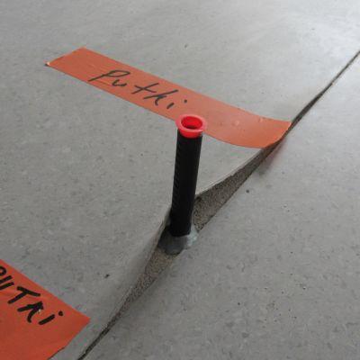 Ytvattnet trängde in under plastmattan i den nyrenoverade Kiilan koulu. Nu mäter man hur fuktig betonggolvet är under mattan.