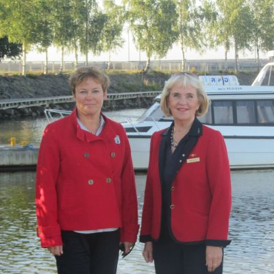 Åsa Rönnlund och Margit Sellberg guidar tyskar i Vasa