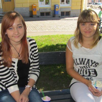 Emilia Männikkö och Sofie Kämpe går på högstadiet