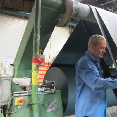 Termonovas fabrik i Ingå, Ralf Heinström klipper cellplast