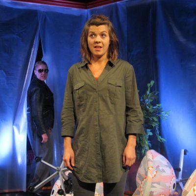 Alexandra Häggman och Susanne Marins spelar upp scen ur pjäsen Kaos, på Wasa  teater.