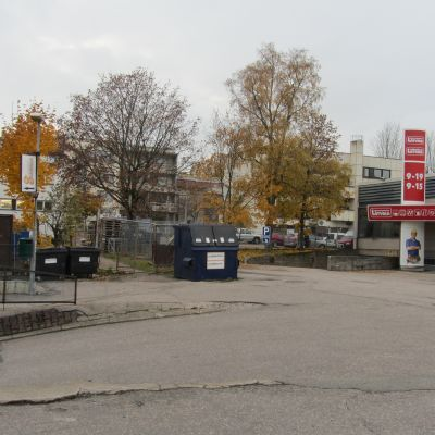 Inhägnaden mellan Köpmansgatan och latvala parkering i Karis