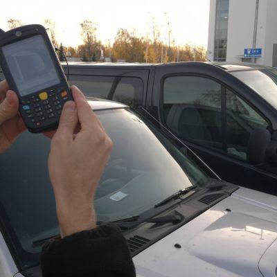 Parkeringsövervakaren fotograferar den felparkerade bilen