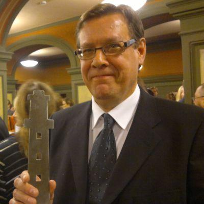 Gustavs kommundirektör Veijo Katara tog emot Turism-Oskar 2013