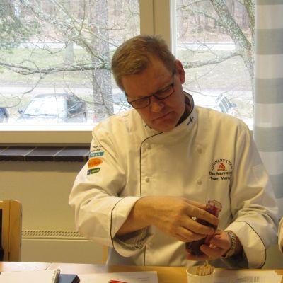 kockarna Dan Mannström och Samuel Mikander utvärderar Ingalill Ihrckes produkter.
