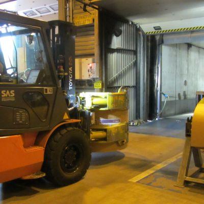 Truck lastar papper vid Sappis fabrik i Lojo.