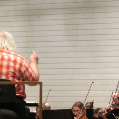 Leif Segerstam johtaa Turun kaupunginorkesteria.