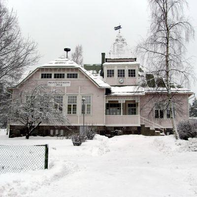 Bild av Västerby skola i vinterskrud.