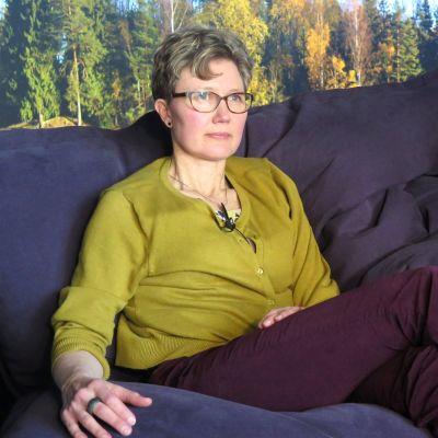 Taiteilija Paula Salmela istuu säkkituolissa.