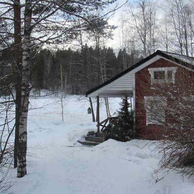 Sommarstuga i snö.