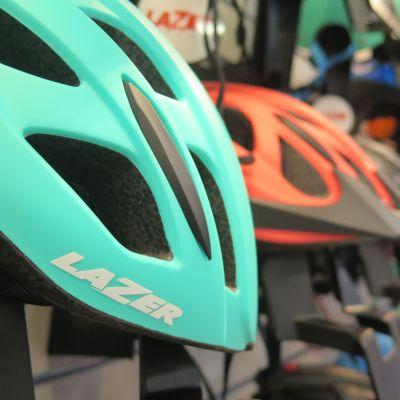 Pyöräilykypäröitä kaupan hyllyssä