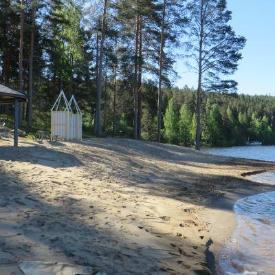 Huvimaja ja uimakoppeja Paloniemen uimarannalla Kuopion Saaristokaupungissa.