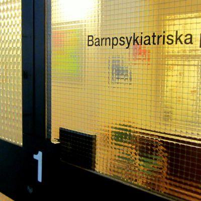 Glasdörrar in till barnpsykiatrisk avdelning