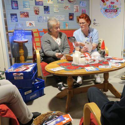 Hovinsaaren hoivakoti 2:n asukkaat tutkivat ihmisten lähettämiä joulukortteja.