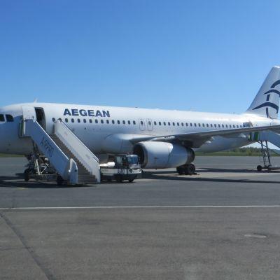 Kreikkalaisen Aegean Airlinesin lentokone Kuopion lentoasemalla