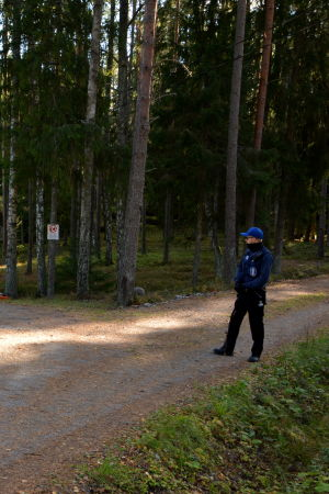 Polis bevakar fastighet i Ybbersnäs, Pargas.