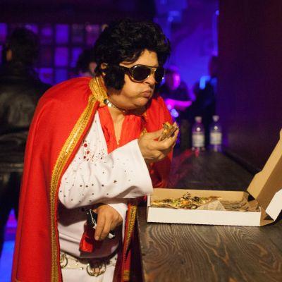 Elvis-imitaattori Gus Mansour Seattlesta syö pizzaa.