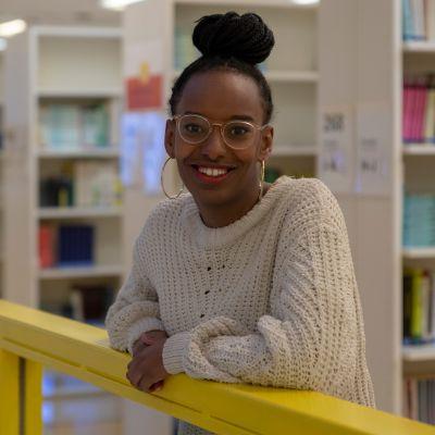 Vihreitten ehdokas Bella Forsgren nojaa kaiteeseen Jyväskylän yliopiston kirjastossa