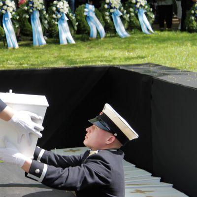 Kadetit laskemassa tuntematonta sotavainajaa hautaan Lappeenrannassa