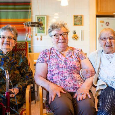 Kuvassa Aune Eloranta, Airi Rintala ja Anna-Liisa Sonninen istuvat Tervakartanon päiväsalissa.