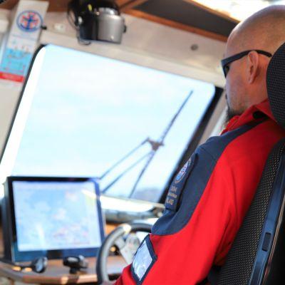 Rauman meripelastusyhdistyksen vapaaehtoinen ohjaa pelastusalusta.