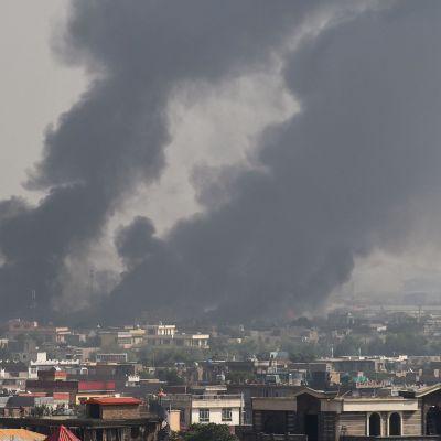 Savupatsas nähtävillä asuinalueella Kabulin iskun jäljiltä 3. syyskuuta.