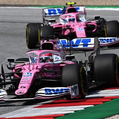 Racing Pointin F1-autot radalla.