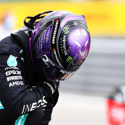 Lewis Hamilton nousemassa autostaan aika-ajon päätteeksi.
