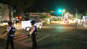 Polisen patrullerar gator efter eldstriden som krävde ett dödsoffer. Säkerheten har skärpts i Acapulco där över 200 personer har mördats hittils i år