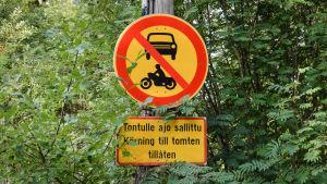 """Ett trafikmärke med texten """"Tontulle ajo sallittu - Körning till tomten tillåten"""""""