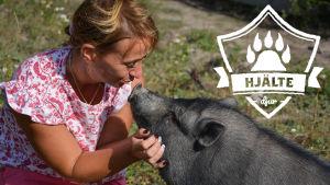 """Bild på Malena Blomqvist och grisen. """"Hjältedjur""""-logon är på bilden."""