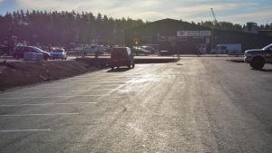 En tom parkeringsplats i söderkulla med byggarbete i bakgrunden