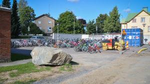 Elevernas cyklar på gården av Kvarnbackens skola