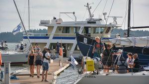 Segelbåtar vid bryggan på scoutlägret i Rönnäs