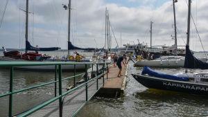 Segelbåter vid bryggan på scoutlägret i Rönnäs