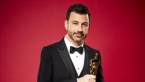 Jimmy Kimmel står med en Oscarsstatyett i handen
