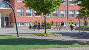 Skolelever springer ute på skolgården