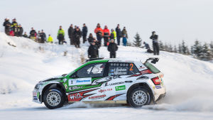Rallybil på snöig väg.