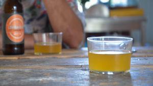 En ölflaska och ett ölglas på bordet