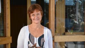 Rektor Anne Smolander står vid huvudingången till Kvarnbackens skola
