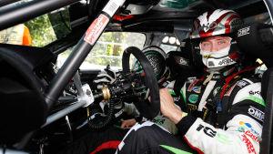 En rallyförare sitter i sin rallybil.