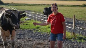Maria Rustanius står vid en tjur