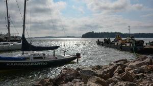 Segelbåt vid bryggan på scoutlägret i Rönnäs