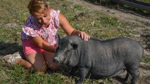 Malena Blomqvist och grisen på bild