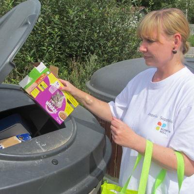Miljöutbildare Sabina Lindström vid Rosk'n Roll för kartong till ekopunkten i Tarkis, Borgå