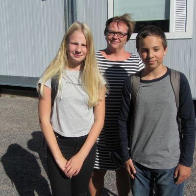 Vicerektor Tove Heinonen samt eleverna Wilma Sorsa och William Rönn funderar på hur den nya skolan i Vårberga i Borgå kunde se ut.